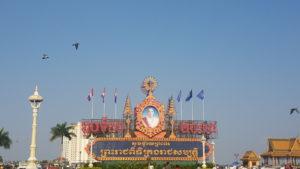 Enfrente del palacio, el rey actual de Camboya